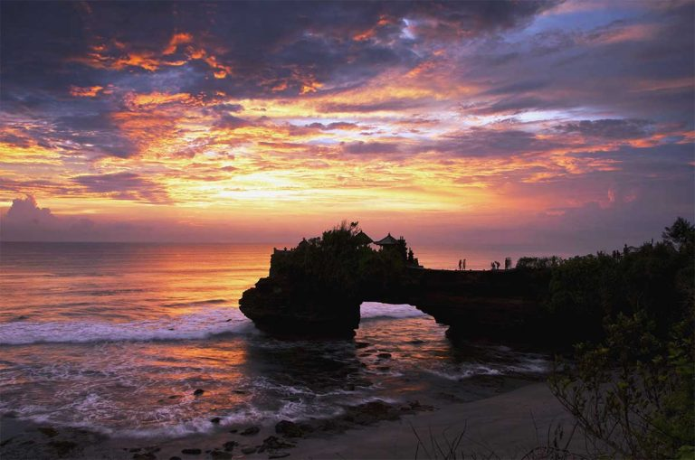 Tanah Lot - batu bolong sunset