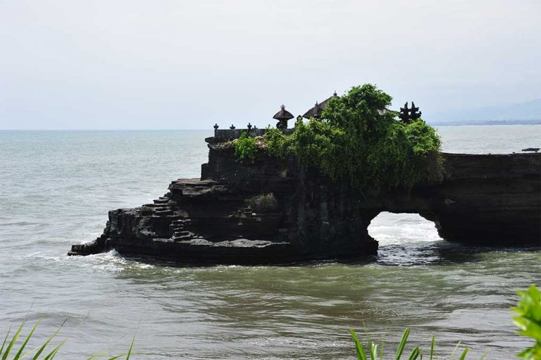 Tanah Lot - batu bolong